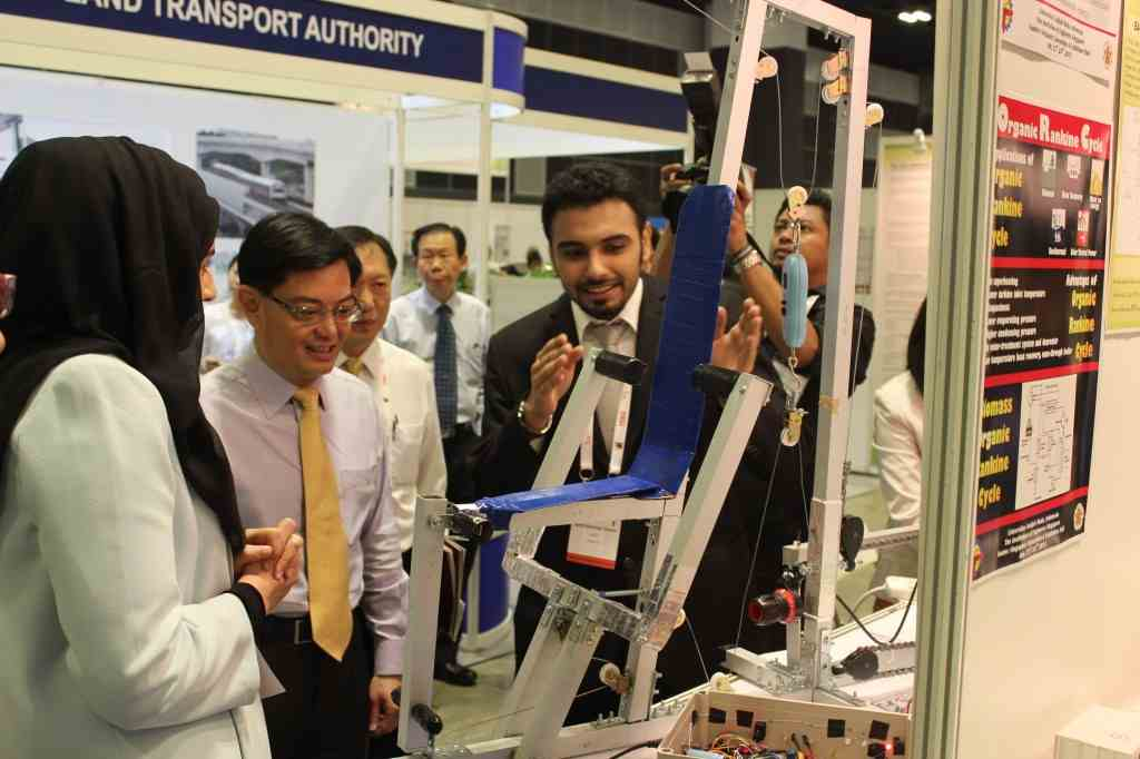 Guest-of-Honour, Education Minister visiting APU Team3 booth