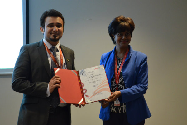 Mr Rohail AKS receives Certificate of Appreciation from Assoc. Prof. Dr. Christiantine Della